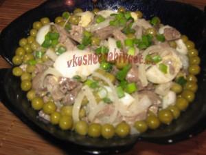 Салат из куриной печени с горошком