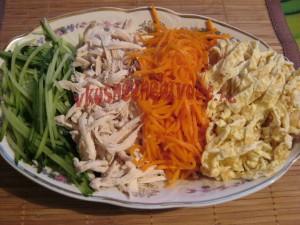 Нарезаем продукты для салата