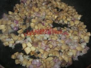 Обжариваем ножки грибов с луком