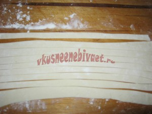 Нарезаем тесто на полоски