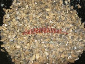 Обжариваем грибы с луком на сливочном масле