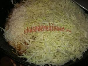 Всыпать рис и нашинкованную капусту