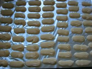 Выложить тесто с помощью кондитерского мешочка