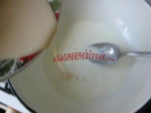 Влить смесь в горячее молоко