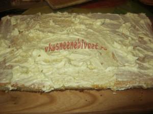 Бисквитный корж смазать кремом